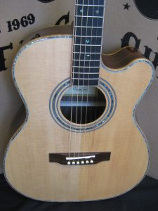 #1795 900CEOM Acoustic Electric OM Size Discount Guitar